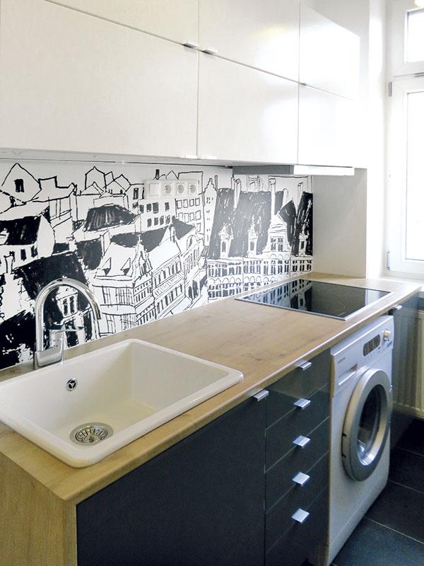 Biela, čierna, drevená. Vo vstupnej časti, do ktorej patrí aj kuchyňa, je použitá namiesto drevených parkiet keramická dlažba tmavosivej farby. Architekti však drevo vrátili do priestoru vpodobe príjemnej drevenej pracovnej dosky.