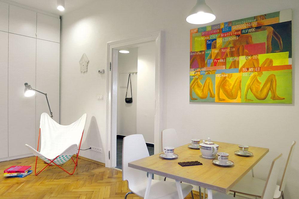 Tri obrazy. Grafiky nad stolom, sedačkou anad posteľou vytvorila Daniela Krajčová. Dodali interiéru šmrnc aprázdne steny zapadli medzi farebnú koláž nábytku.