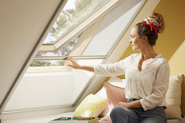 Výhľad je dôležitý, výrazne totiž ovplyvňuje náš pocit v interiéri. Z nižšie umiestneného strešného okna pohodlne uvidíte aj posediačky.