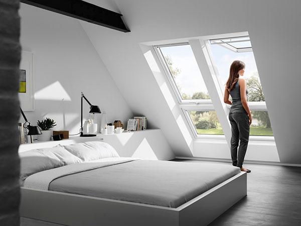 V podkroví bez nadmurovky sa doplnkové okno môže umiestniť do šikminy pod strešné okno.