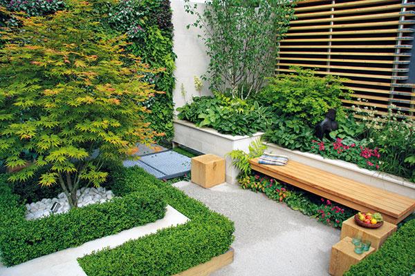 Do relaxačnej časti záhrady dizajnér situoval lavičky asympatické malé kocky zdreveného masívu, ktoré podľa potreby slúžia ako stolčeky či stoličky.
