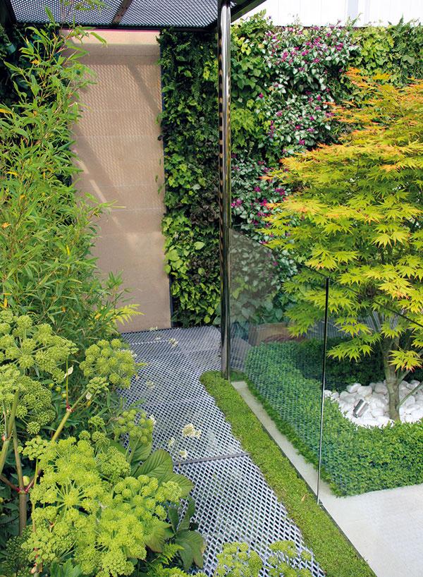 Átrium patrí kmoderne riešenému prízemnému domu, čoho sa chytil aj záhradný dizajnér apoužil aj trendové materiály ako sklo akov.