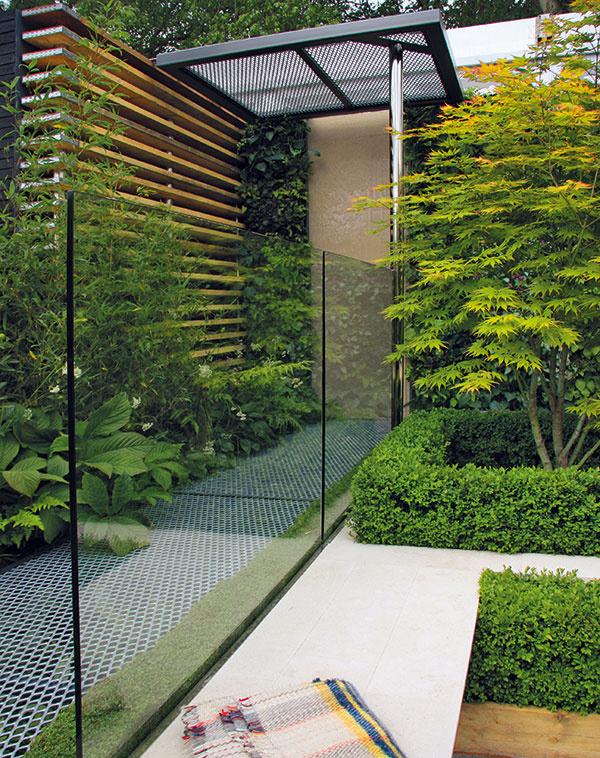 Kompozíciu záhrady možno rozčleniť do dvoch úrovní. Spodná slúži na relax avtej vrchnej nájdete priemyselne pôsobiace kovové chodníky akonštrukcie, sklenené predely, steny zdrevených dosiek avneposlednom rade bohatú vegetáciu.