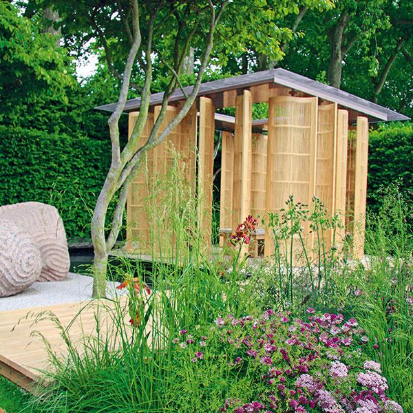 Únik pred slnkom  Záhradný altán či pavilón je tým pravým na načerpanie energie, stretnutia snajbližšími či na únik pred slnkom. Stavba môže byť otvorená alebo uzavretá, ideálne je, ak pôsobí vzdušne. Steny môžu plné alebo čiastočne otvorené – doplnené trelážami apopínavými rastlinami. Najprirodzenejšie vzáhrade pôsobí altán vyrobený zdreva. Vponuke nájdete rôzne tvary aj možnosti zastrešenia ariešenia podláh, ktoré by mali korešpondovať sostatným použitým materiálom. Súčasťou altánu môžu byť už zabudované lavičky, prípadne si sem môžete umiestniť exteriérové sedenie. Altán umiestnite na odľahlejšie miesto záhrady, kjazierku či pod strom.