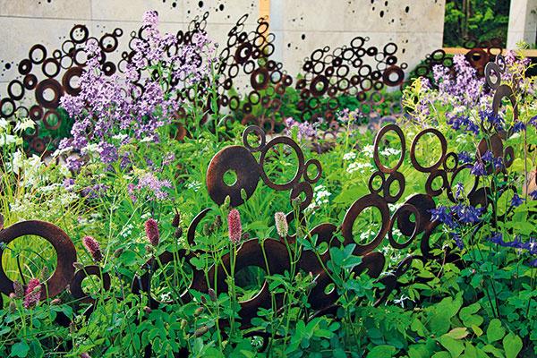 Dekorácie ako opora  Vjúni sa záhrady pýšia rozkvitnutými trvalkami. Ak máte na záhonoch prázdne miesta, môžete si ešte zakúpiť ďalšie druhy. Skoreňovým balom ich možno bez problémov vysadiť aj pred letom. Dlhšie rastúce kvitnúce trvalky zavlažujte avyplatí sa aj prihnojiť ich viaczložkovým hnojivom. Po odkvitnutí im odstrihnite suché kvety. Ztrvalkových záhonov odstraňujte burinu – ideálne je namulčovať ich drvenou kôrou. Väčšina vyšších trvaliek potrebuje aj pevnú oporu, aby sa stonky pod ťarchou kvetov nezlomili. Vyriešiť to môžu kovové konštrukcie, ktoré zároveň plnia aj dekoratívnu funkciu. Vponuke sú riešenia vhodné do moderných istarších záhrad.