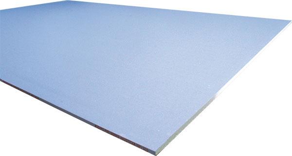 Modrá akustická doska Rigips, protipožiarne vlastnosti, vzduchová nepriezvučnosť až do 63 dB vkombinácii sminerálnou izoláciou, zlepšenie vzduchovej nepriezvučnosti existujúcej steny až o28 dB, hrúbka 12,5mm, bežné rozmery 1200× 2 000 mm alebo 1250 × 2000mm, hrana PRO na zlepšenie kvality povrchu (nižšia viditeľnosť spojov)
