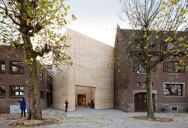 V kategórii rekonštrukcia verejnej budovy si cenu odniesla skupina belgických architektov z ateliéru 51N4E, za stavbu Buda art centre.
