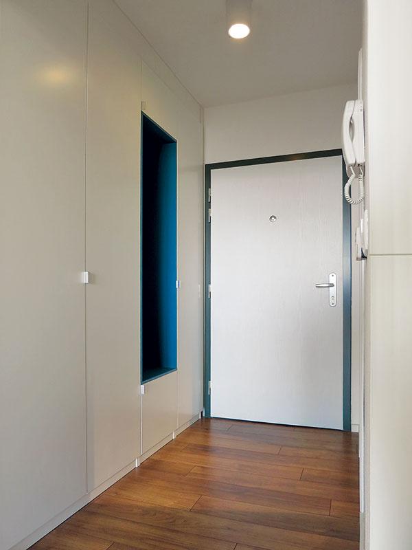 Nika na sedenie pri prezúvaní je vytvorená v rámci vstavanej skrine hneď pri vstupe do bytu. Je praktickým riešením, ktoré zbytočne nezaberá miesto v priestore chodby.