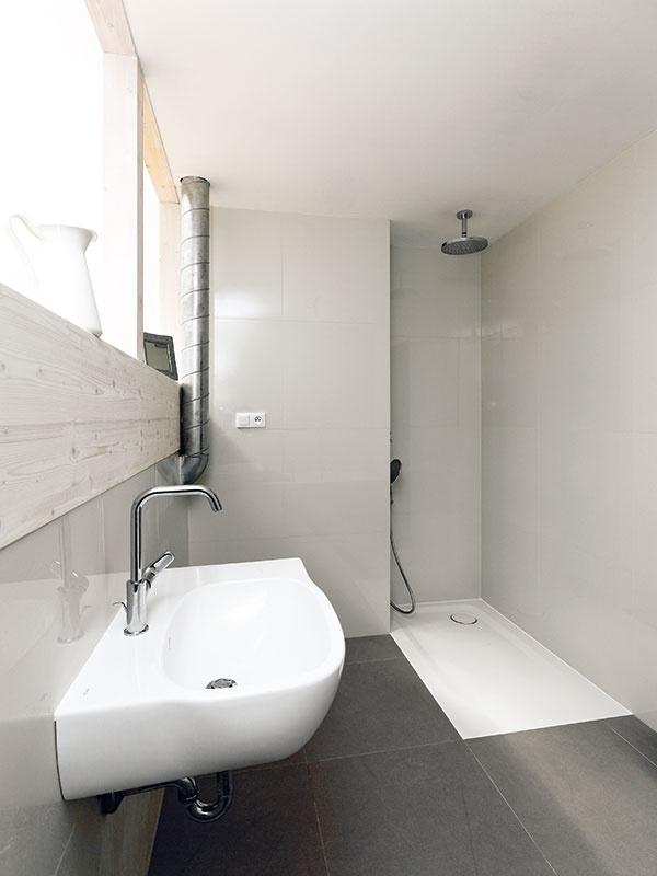 """Mladí manželia si v ekologickom drevodome spravili kúpeľňu """"suchou cestou"""""""