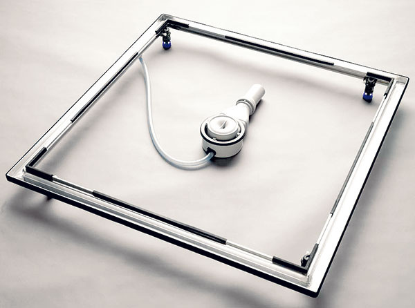 Keďže chceli mať zapustenú sprchovaciu vaničku, realizácia podlahy bola oniečo zložitejšia. Na inštaláciu vaničky použili montážny systém Kaldewei – inštalačný rám ESR II, do ktorého sa po dokončení podlahy vanička osadí. Výhodou rámu je odtokový kanálik po celom obvode, ktorý pri porušení silikónu odvádza vodu hadičkou so spätnou klapkou priamo do sifónu vaničky.