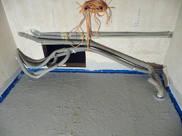 Na pôvodnú podlahu zdosiek OSB naniesli penetračný náter anaň rýchloschnúcu poistnú hydroizoláciu vdvoch vrstvách. Spoje prekryli gumovou hydroizolačnou páskou akúty gumovými tvarovkami.