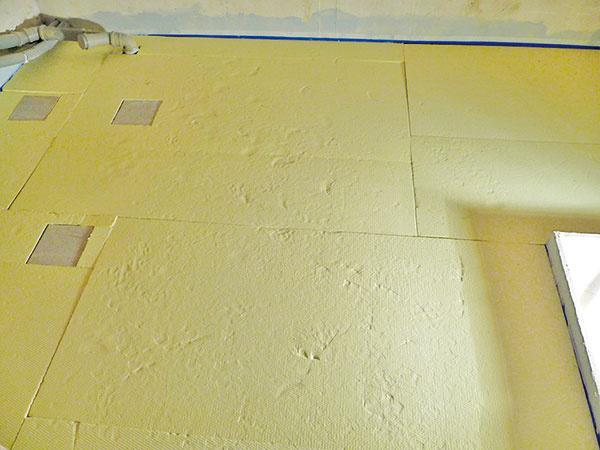 Po dôkladnom zatuhnutí pokračovali inštaláciou krokovej izolácie podlahy. Pozor: tam, kde budú stáť nožičky vane, je potrebné položiť iný, tvrdý materiál – tu použili granitové dlaždice.