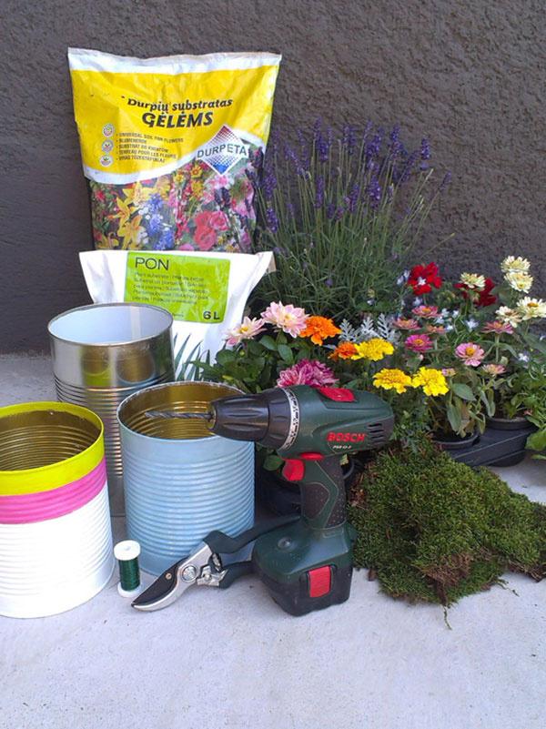 Materiál a náradie väčšie plechovky (prázdne konzervy) vŕtačka alebo klinec a kladivo akrylová farba štetec lak (nemusí byť) mach zelený drôt (aby splynul s machom) drenážne kamienky substrát rastliny – cínia, georgína, muškát, levanduľa, aksamietnica, lobelka, starček