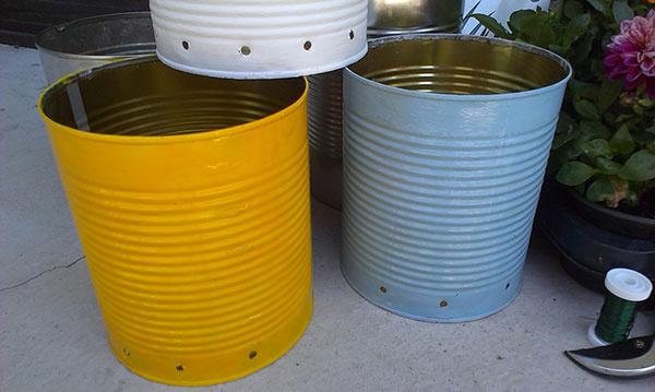 1 V spodnej časti plechoviek (asi 2 cm od dna) spravte aspoň päť dierok na odtekanie prebytočnej vody. Najrýchlejšie sa vám to podarí vŕtačkou, ale dobre poslúžia aj klinček a kladivo.