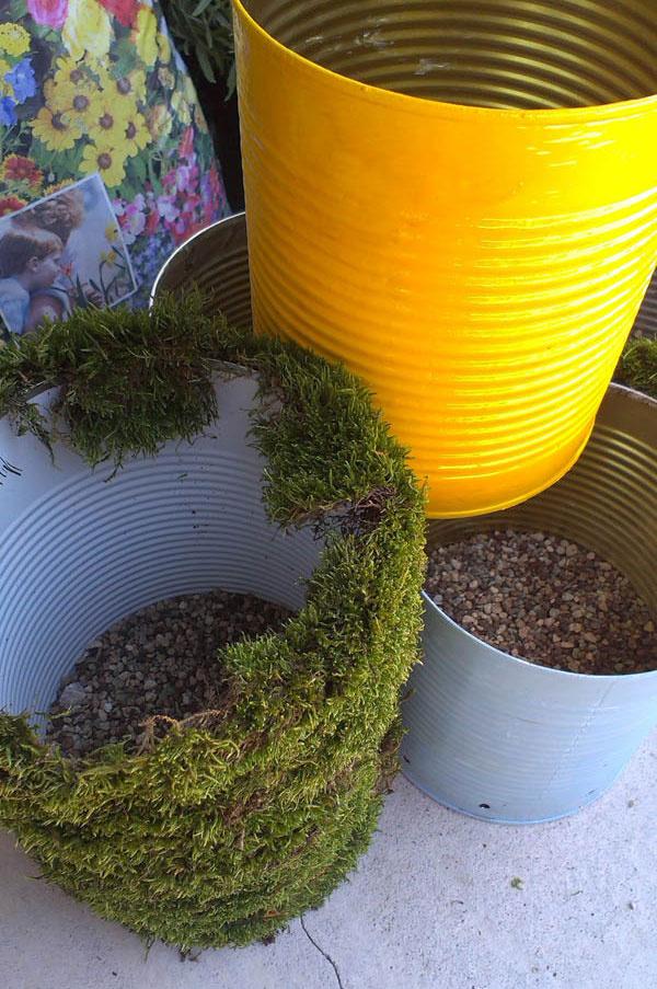 3 Keď sú plechovky ozdobené, pustite sa do drenážnej vrstvy. Drenáž nám slúži na to, aby sa predvŕtané dierky neupchali substrátom a mohla nimi odtekať prebytočná voda. Plechovku stačí vysypať drobnými kamienkami tak, aby zakryli navŕtané dierky.
