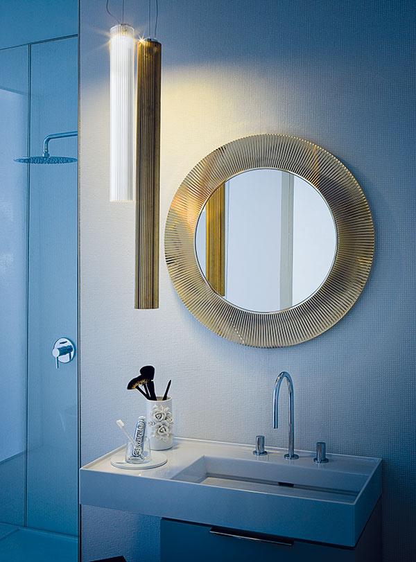 Od súmraku do úsvitu. Zlaté slnko vpodobe okrúhleho polykarbonátového zrkadla spriemerom 780 mm je doplnené svietidlami zrovnakého materiálu. Vybrať si možno zdĺžok 300, 600 a900 mm. Keramické umývadlo vyrobené zpatentovanej keramiky SaphirKeramik sa vyznačuje subtílnymi hranami, vysokou pevnosťou apodčiarkuje minimalistický dizajn aj vposlednom detaile, akým je napríklad odtok vskrytej drážke.