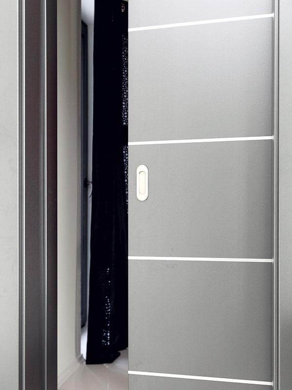 Praktické riešenie. Pokiaľ ide oefektívne využitie priestoru, praktické sú posuvné dvere, ktoré sa zasúvajú do stavebného puzdra. Tu sa snimi stretnete vcelom dome.
