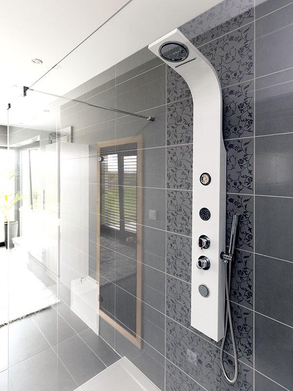 Striedma farebnosť atvarovo jednoduché vybavenie charakterizujú celý dom, kúpeľne nevynímajúc. Tie oživujú najmä romantické detaily na obklade, ktoré príjemne kontrastujú so zdržanlivou praktickosťou všade okolo.