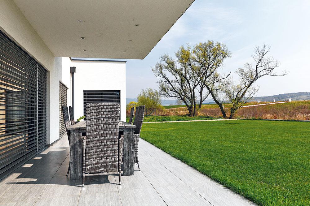 Presah poschodia vytvára vlete na terase príjemný tieň, zvýchodu ju chráni tvarový výbežok prízemia domu, vktorom je veľká wellness kúpeľňa pri spálni.