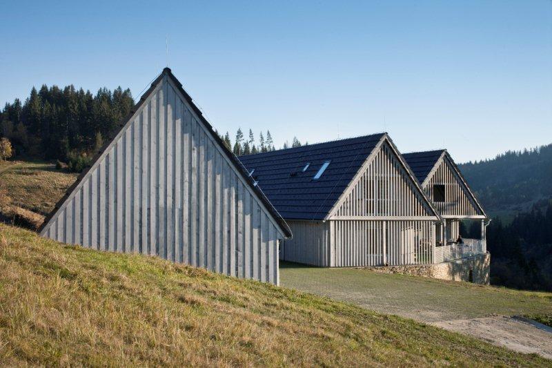 Harmóniu s okolitou prírodou dotvárajú fasády obložené z dreva