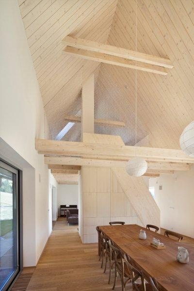 Priestory v spoločenskej časti opticky zväčšuje priznaná strecha a strešné okná