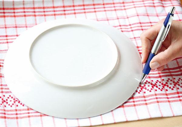 Na utierku si podľa taniera predkreslite kruh avystrihnite ho.