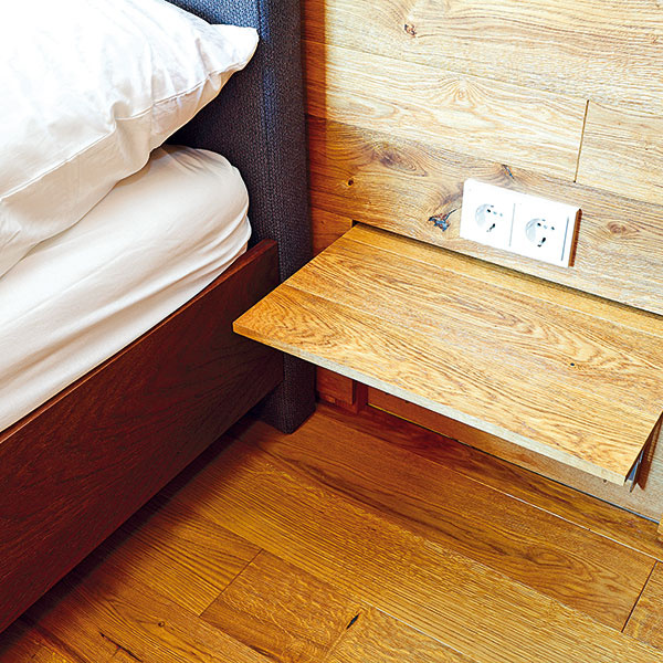 Výhodou nástenných stolíkov je aj jednoduchá údržba podlahy pod nimi. Sklápacie konzoly majú nosnosť až 80 kg anad každým stolíkom je elektrická zásuvka (napríklad aj na lampu) – architekti zateliéru RULES jednoducho myslia na všetky detaily.