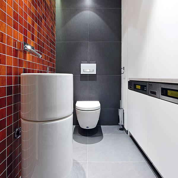 Tretia kúpeľňa – toaleta je farebne aj štýlom ladená rovnako ako ostatné dve, skrýva sa vnej však komfortne vybavená práčovňa. Valcové umývadlá (Unu – Sanindusa) sú vtomto prípade aj soriginálnym podstavcom.