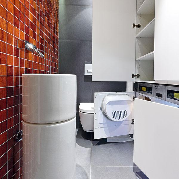 Práčka asušička sú vstavané vnenápadnej jednoliatej bielej stene adoplnené odôležité odkladacie priestory, vhornej časti zostavy je tiež miesto na kotol. Inteligentné spotrebiče dokážu komunikovať cez WiFi.
