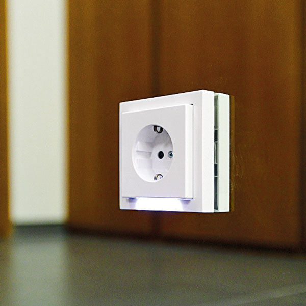 Súčasťou zásuviek je navigačné LED svetlo – človek vďaka nemu nájde vnoci cestu na toaletu anikoho pritom nezobudí. Pri záhlaví každej postele je vypínač, ktorým sa rozsvieti cesta celým bytom.