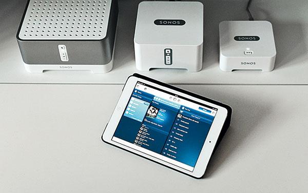 Celý byt je ozvučený systémom Sonos, ktorý obsahuje rôzne moduly so zabudovanými či samostatnými reproduktormi – jednoducho sa inštaluje adajú sa ním aj dodatočne ozvučiť rôzne priestory. Vkaždej miestnosti tak možno zvoliť hudbu, stanicu rádia či rádiobudík.