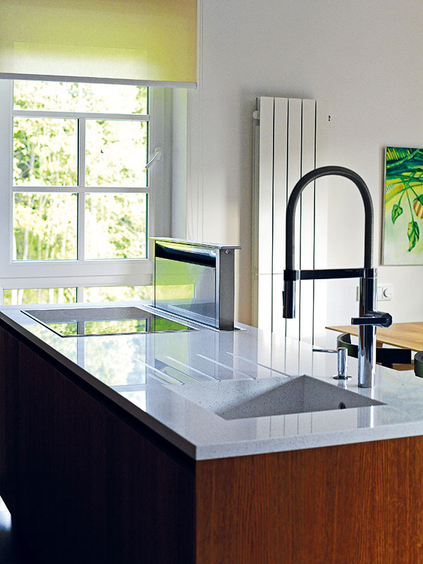 Hlavná pracovná plocha vkuchyni je na kuchynskom ostrove, obrátenom do miestnosti.