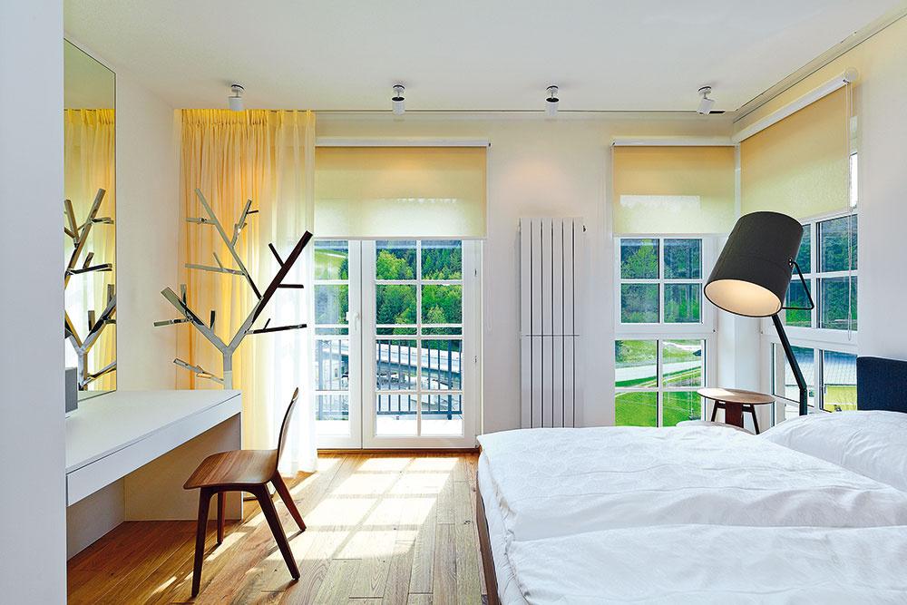 Hlavná spálňa je najväčšia, má najviac okien aje znej najkrajší výhľad. Oproti manželskej posteli je biely šatník atoaletný stolík.