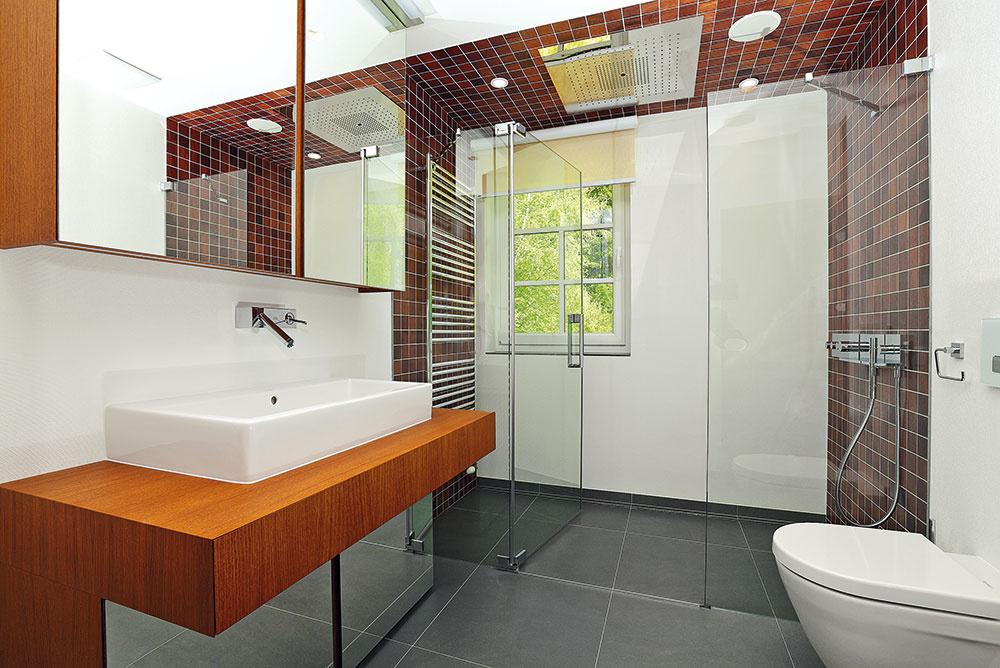 Vkúpeľni susediacej so saunou sa na ochladzovanie využíva priestranný sprchovací kút stzv. dažďovým nebom (Hansgrohe). Nábytok sa vyrábal na mieru, keramika je od značky Duravit.