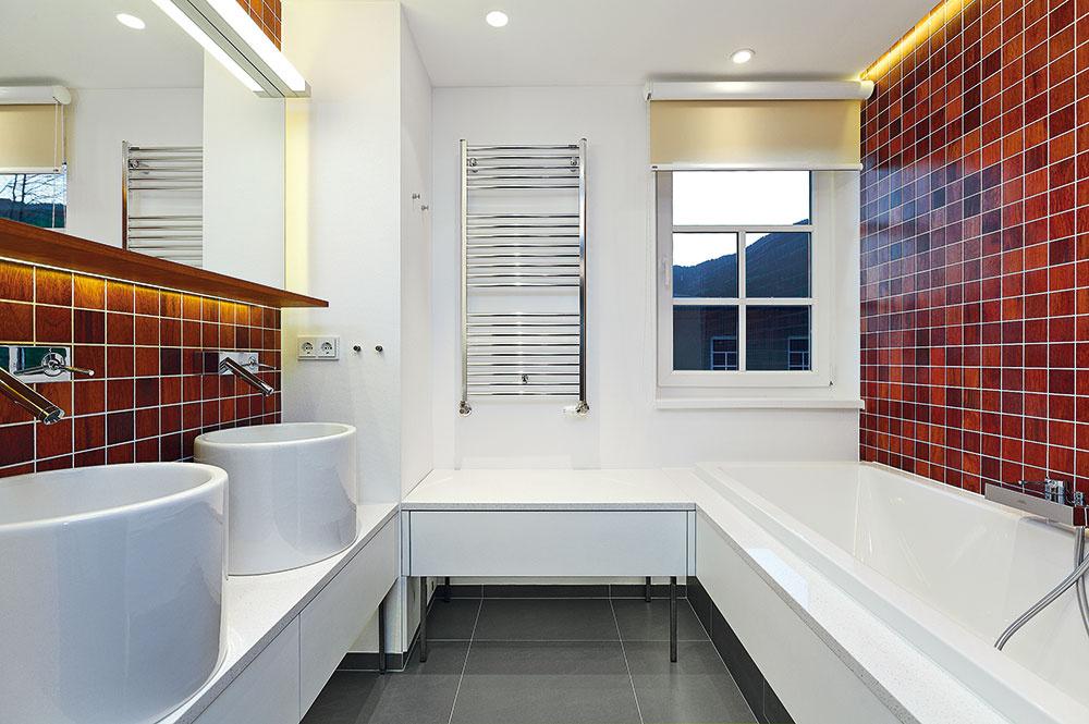 Zaujímavosťou kúpeľní je tíková drevená mozaika, ktorá sa používa napríklad na lodiach alebo vo fontánach. Na ostatné steny použil architekt sklovláknité tapety sumývateľnou farbou.