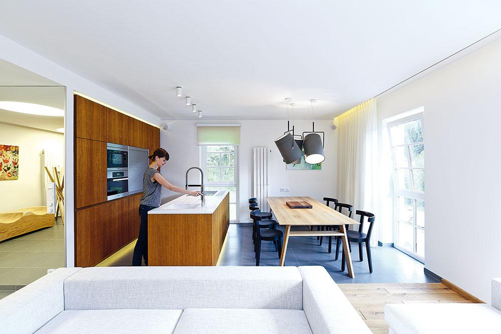 Vobývačke spojenej skuchyňou dostal prioritu jedálenský stôl, ktorý je dostatočne veľký na komfortné stolovanie šiestich ľudí – pre rovnaký počet navrhli aj sedačku.