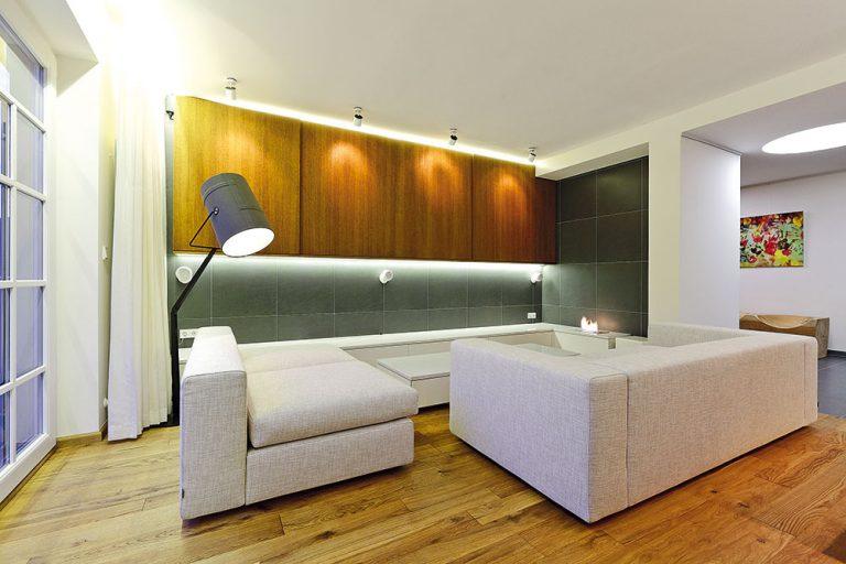Na stene vobývačke je rovnaká dlažba ako na podlahe vkuchyni či hale. Vmieste kozuba chráni stenu pred účinkami ohňa.