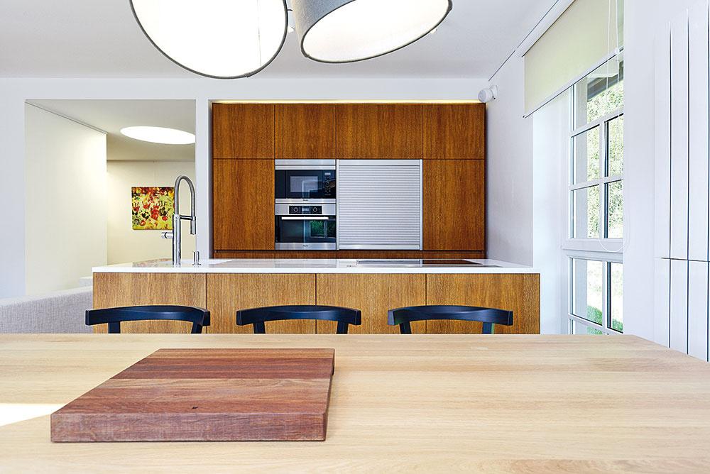 Kuchyňa je aj napriek kompaktným rozmerom praktická. Vo vysokej časti sú úložné priestory, chladnička smrazničkou, rúra amikrovlnka, hliníková roleta skrýva priestor na malé spotrebiče. Kuchynský ostrov tvorí priechod medzi kuchyňou ajedálňou.