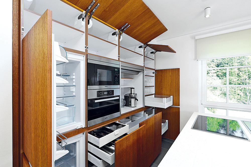 Zvláštnosťou kuchyne sú elektricky ovládané dvierka horných skriniek. Po zatlačení sa otvoria (možno nastaviť uhol otvorenia alebo synchronizáciu), zatvárajú sa vypínačom na hrane skrinky – inak by bol problém na otvorené dvierka dočiahnuť.