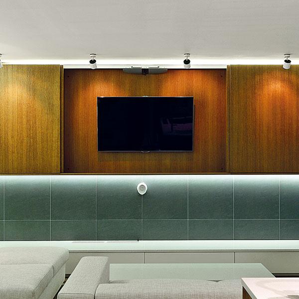 Televízor je skrytý za dvierkami, takže keď sa nepoužíva, nedominuje celému priestoru. Na vyššie umiestnený televízor dobre vidieť zkuchyne, kde človek obvykle stojí, ale aj zo sedačky, kde sa zas pohodlne leží.