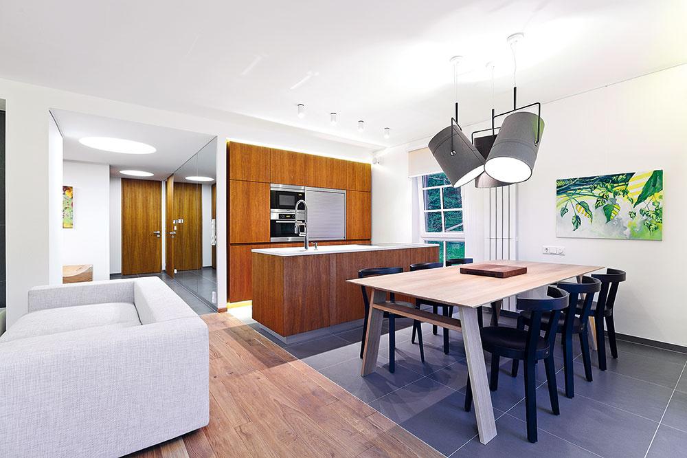Vcelom interiéri dominujú prírodné materiály apokojná farebnosť. Linka aj väčšina nábytku sa vyrábali na mieru, dopĺňajú ich kúsky so zaujímavým dizajnom (stoličky Ton, svietidlá Diesel Foscarini).