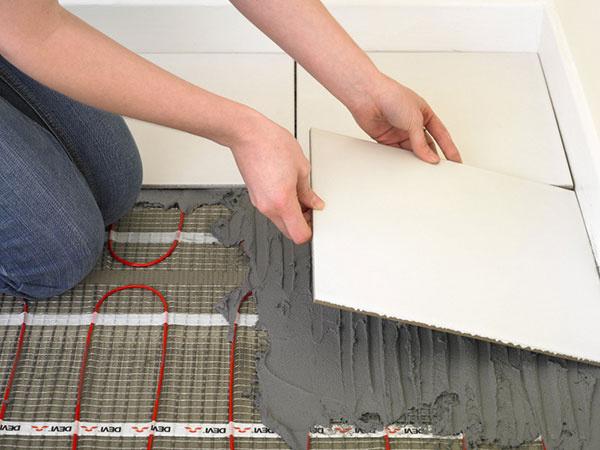 Elektrické podlahové vykurovanie DEVI™ má na našom trhu dlhoročnú tradíciu. Jeho výrobca, spoločnosť Danfoss, ponúka na vykurovací systém záruku až 20 rokov.