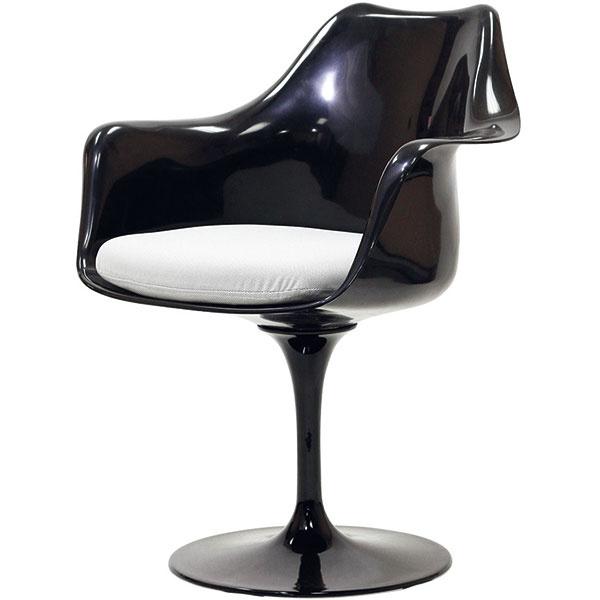 """Kreslo Tulip Arm Chair je výsledkom spolupráce medzi dizajnérom Eerom Saarinenom avýrobcom Knoll, ktorých môžeme považovať za znamenitú konkurenciu podobnej dvojice Eames/Herman Miller. Dizajnérov spájalo priateľstvo, no zároveň zdravá profesijná súperivosť. Ako inak vysvetliť Saarinenovo odôvodnenie jeho """"tulipánovej"""" stoličky? """"Chcem sa vyhnúť 'slumu nôh' – škaredému anepokojnému svetu pod úrovňou sedenia!"""" Svoju sklolaminátovú škrupinu preto obdaril jedinou štíhlou nohou zlakovaného hliníka. Od 1 401 $, KNOLL INTERNATIONAL"""