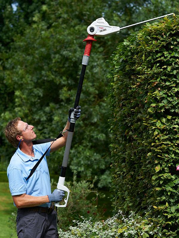 …na vyššie živé ploty sa jednoznačne oplatia teleskopické nožnice, v Mountfielde už za 79 Euro, na obrázku typ THS 500