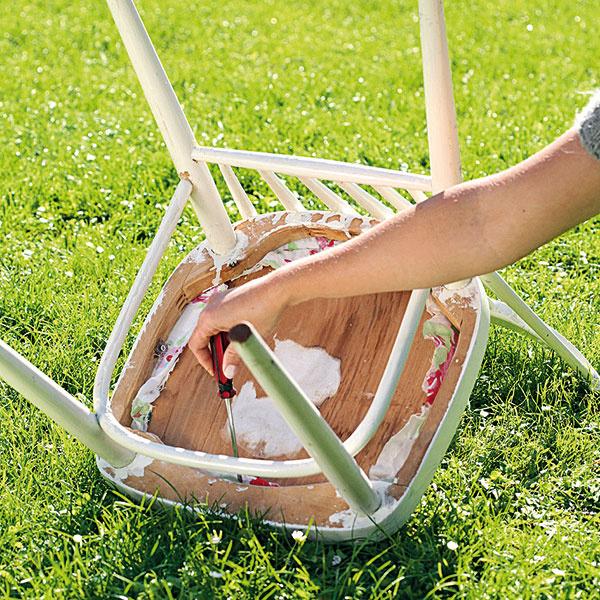 Odmontujte sedaciu časť stoličky.