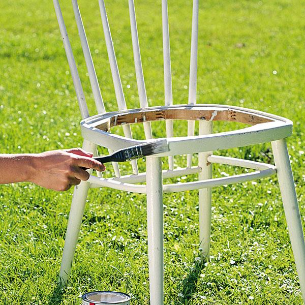 Potom stoličku natrite bielou farbou (dve až tri vrstvy).