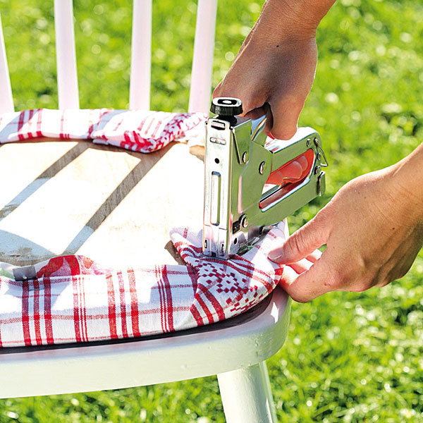 Na sedaciu časť stoličky priložte utierku apištoľou na čalúnenie ju zospodu pripevnite.