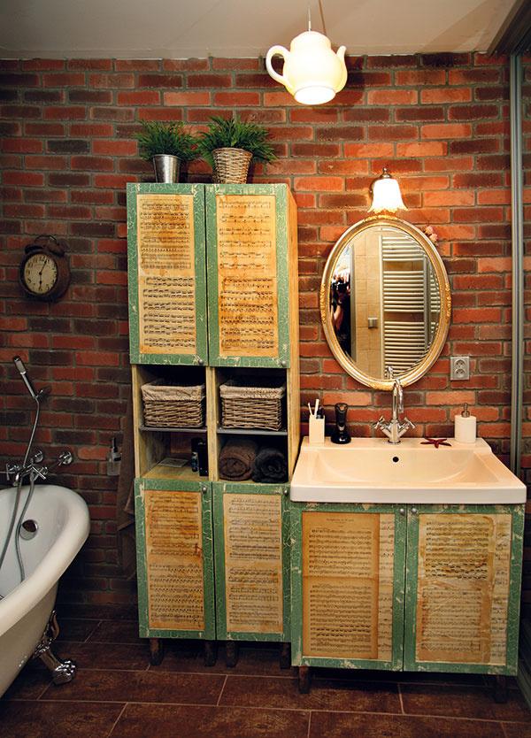 Čajová kúpeľňa. Noty zantikvariátu natieral spevák čiernym čajom, aby chytili tú správnu patinu. Ačajník skončil ako svietidlo.