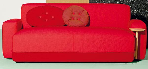 Sedačka Sancal Party, dizajn Luis Eslava Studio, drevená kostra zjaseňového dreva, textilné čalúnenie, 196 × 78 × 100 cm, 2 360,40 €, www.designpropaganda.com