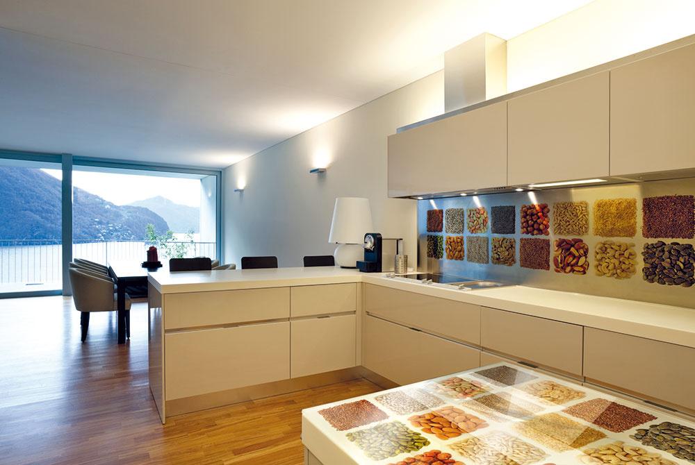 Najmä pri otvorených kuchyniach sa sklo srovnakým motívom môže zopakovať aj inde vinteriéri – napríklad na dverách, obklade steny vobývačke, deliacej stene, stolovej doske…
